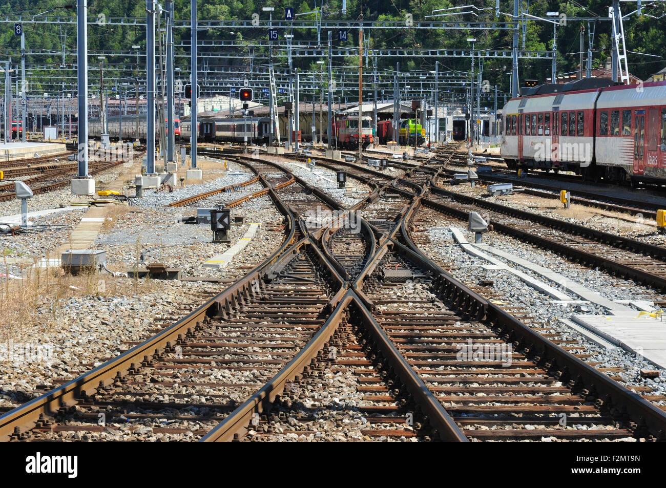 Doppelte Slip Kreuzung am Bahnhof Konstruktionen am Bahnhof Brig, Wallis, Schweiz Stockbild