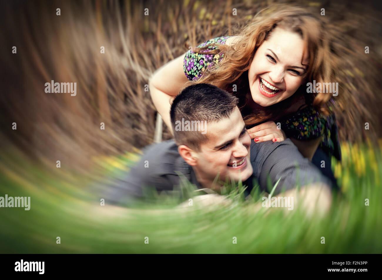 Glückliche junge Paare, die Spaß im freien Stockbild