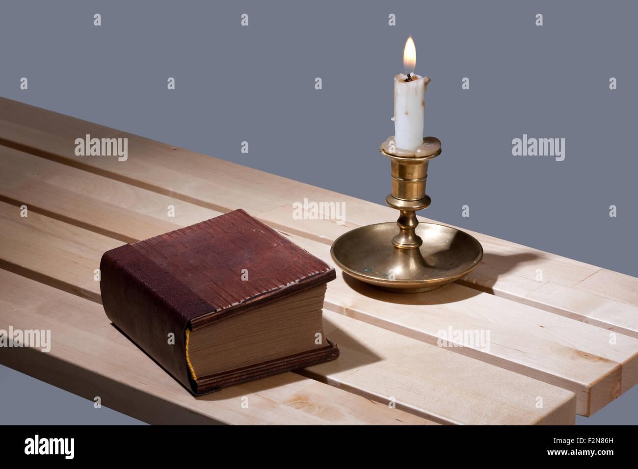 Buch Kerze Kerze Retro-alte Objekt Stillleben Bank Holzoberfläche braun Feuer Flamme Kupfer Bronze antik altes Stockbild