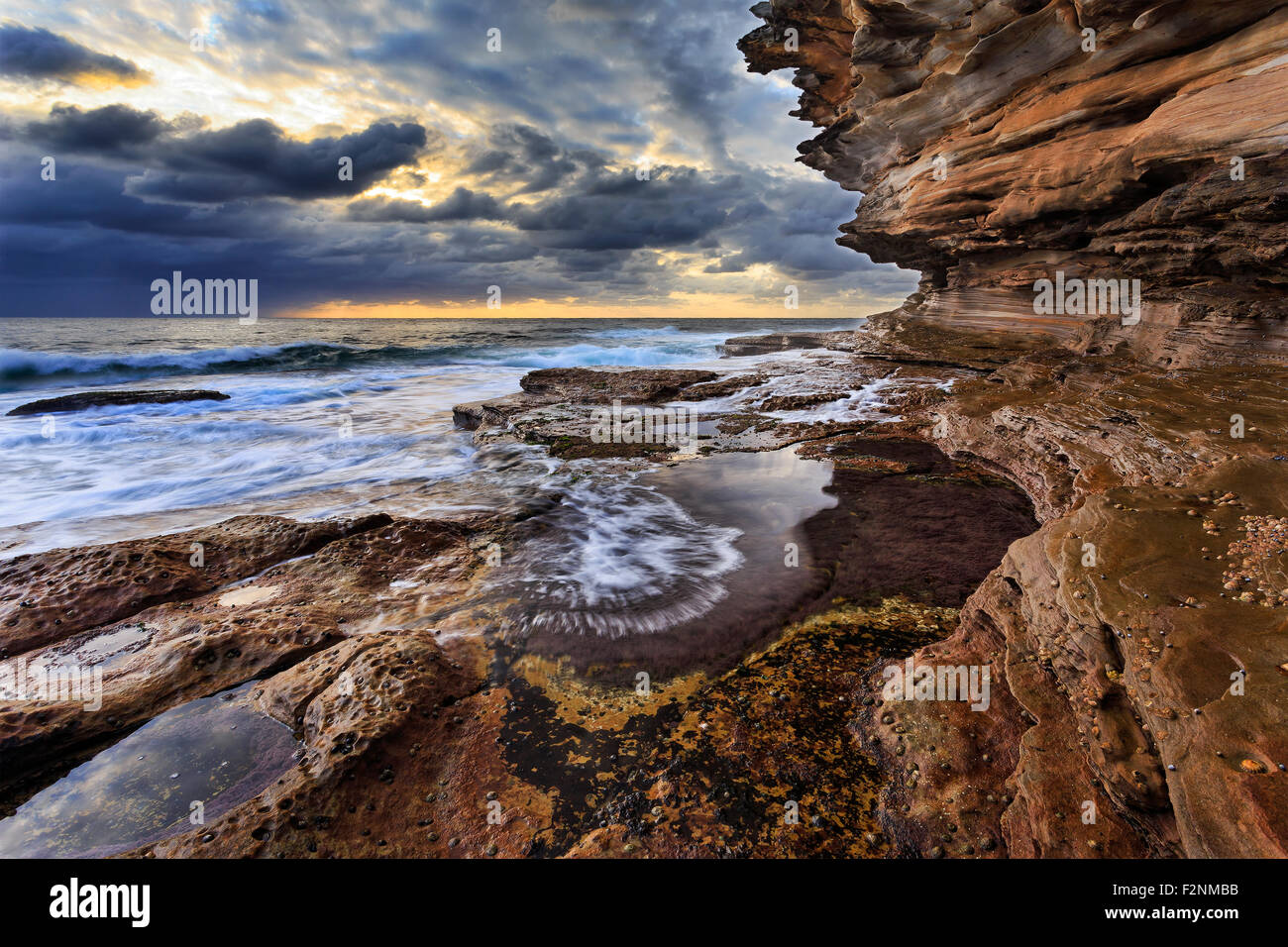 natürliche Sandstein Felsen bilden hoch steigenden Landschaft am Meer Rand der Küstenlinie in Sydney, Stockbild