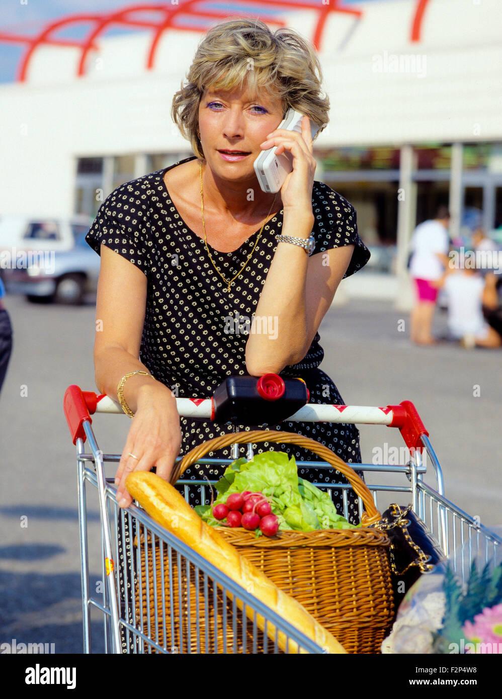 Reife Frau im Supermarkt