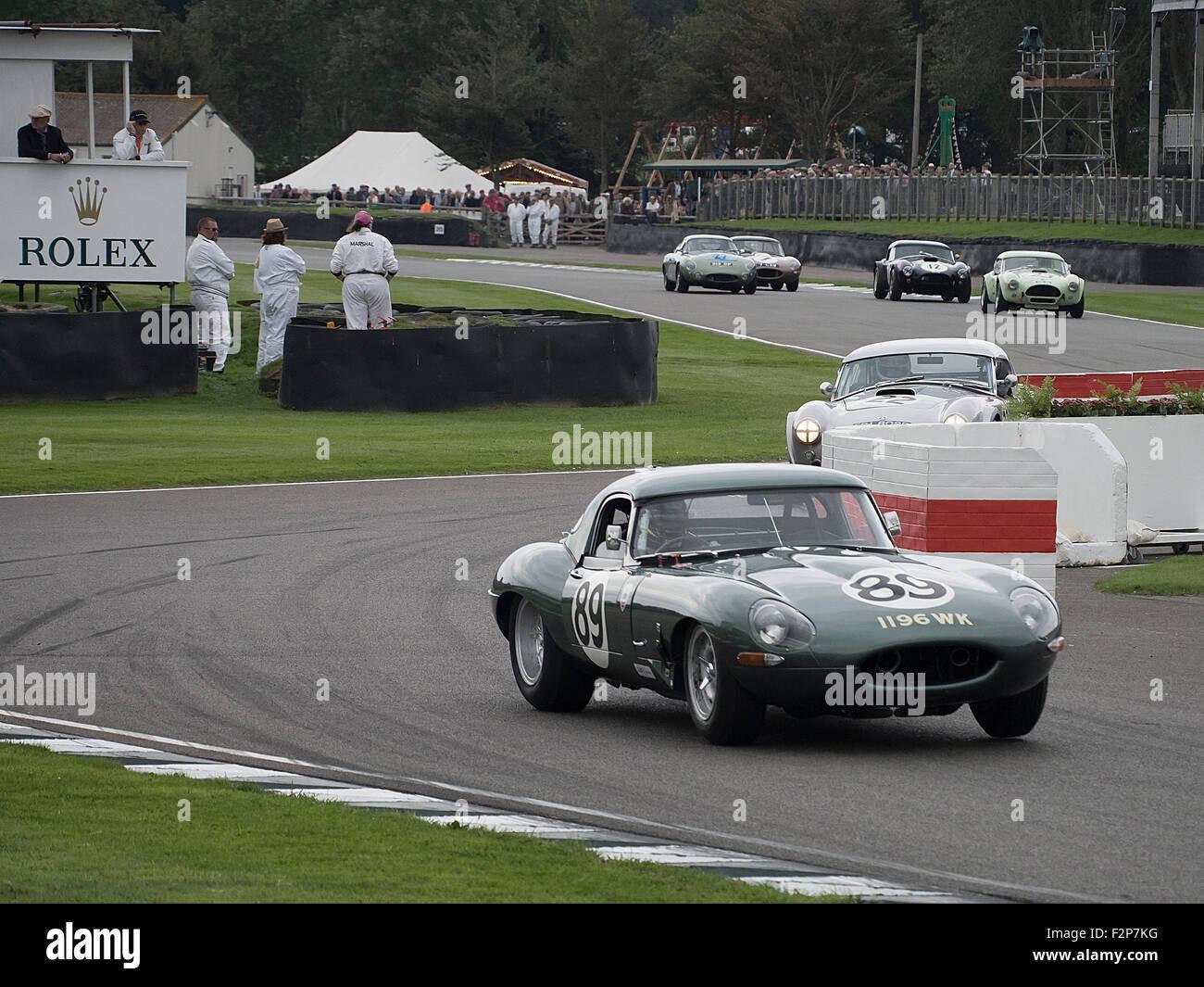 Goodwood Revival 2015 Royal Automobile Club TT Feier Rennen. Jaguar-leichte E-Type verlassen die Schikane. Gewinner. Stockbild
