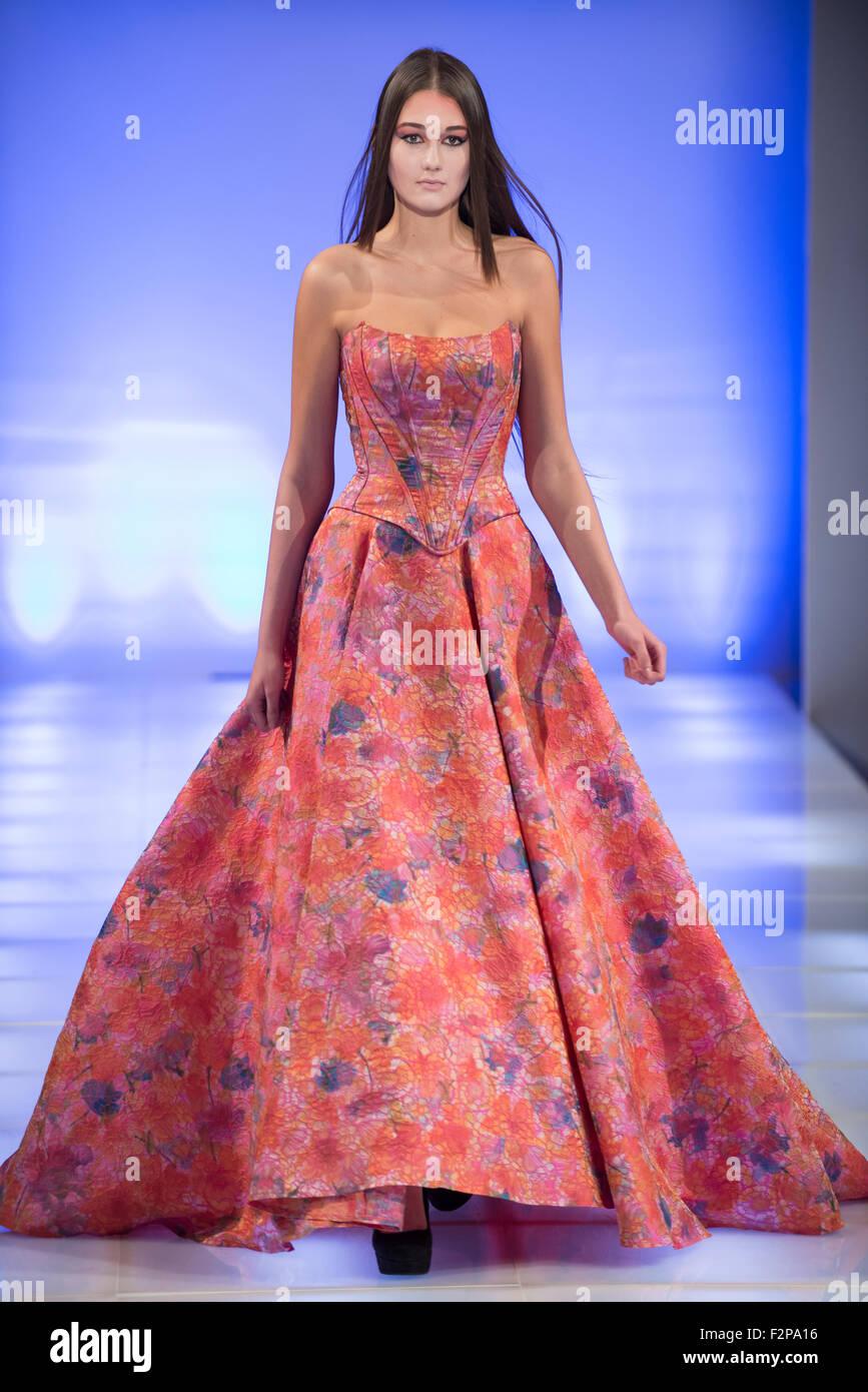 Modell In Voller Lange Kleid Geht Die Start Und Landebahn Wahrend Der New York Fashion Week Stockfotografie Alamy