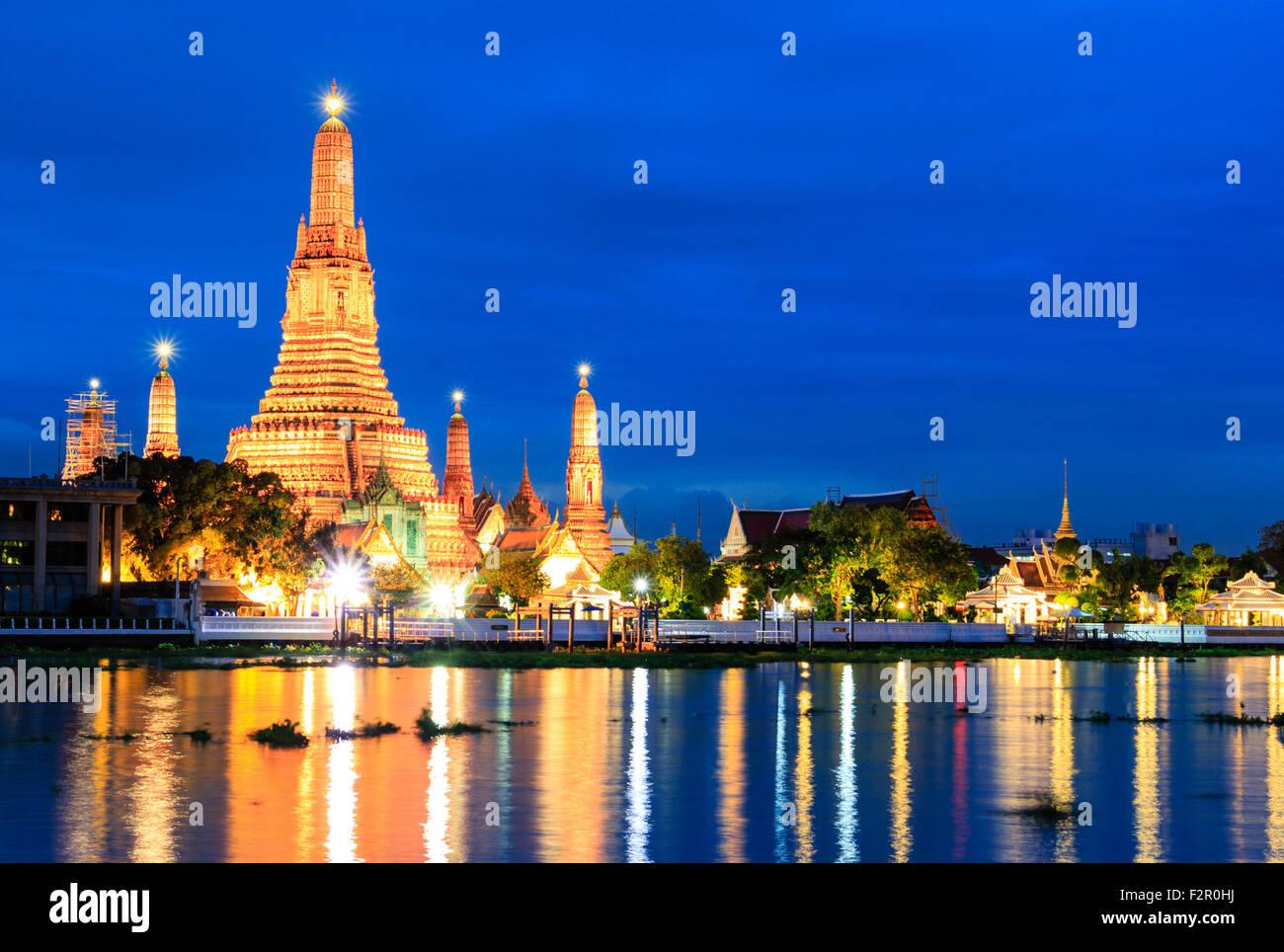 Wat Arun in der Dämmerung Stockbild