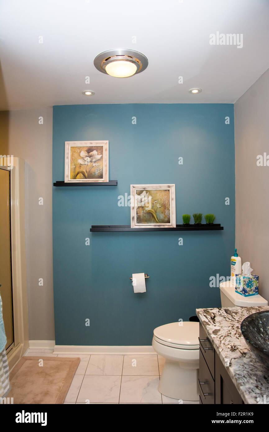 Ein schön ausgestattetes Bad mit einer Mauer/Petrol blau ...