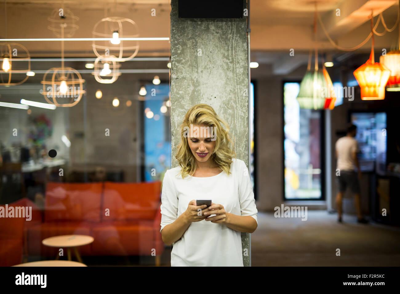Junge Frau mit Handy Stockbild