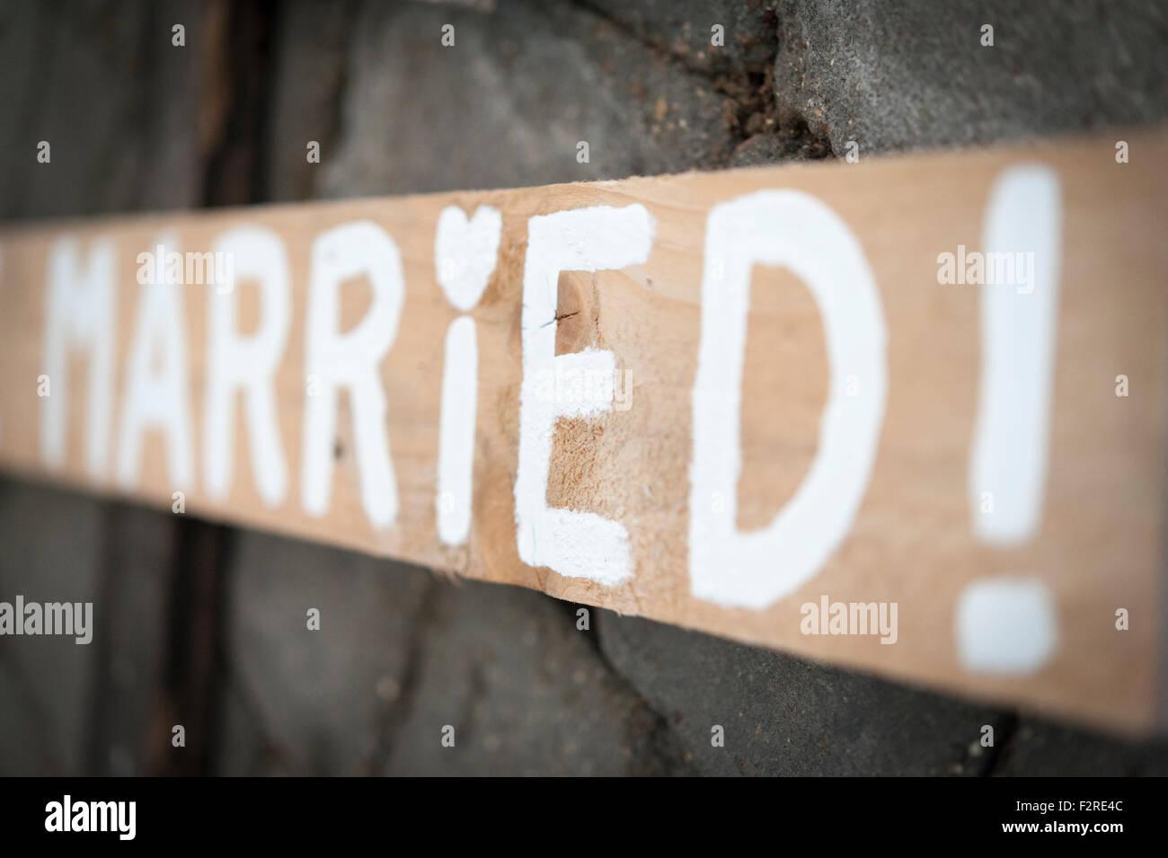 Eine Handgemachte Holzerne Hochzeit Zeichen Mit Dem Wort Verheiratet