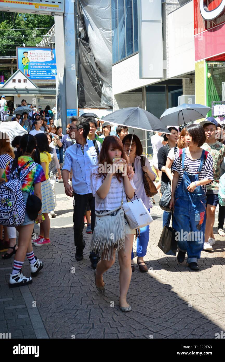 Zu Fuß Mädchen in der Öffentlichkeit Essen. Harajuku, Tokio. Stockfoto