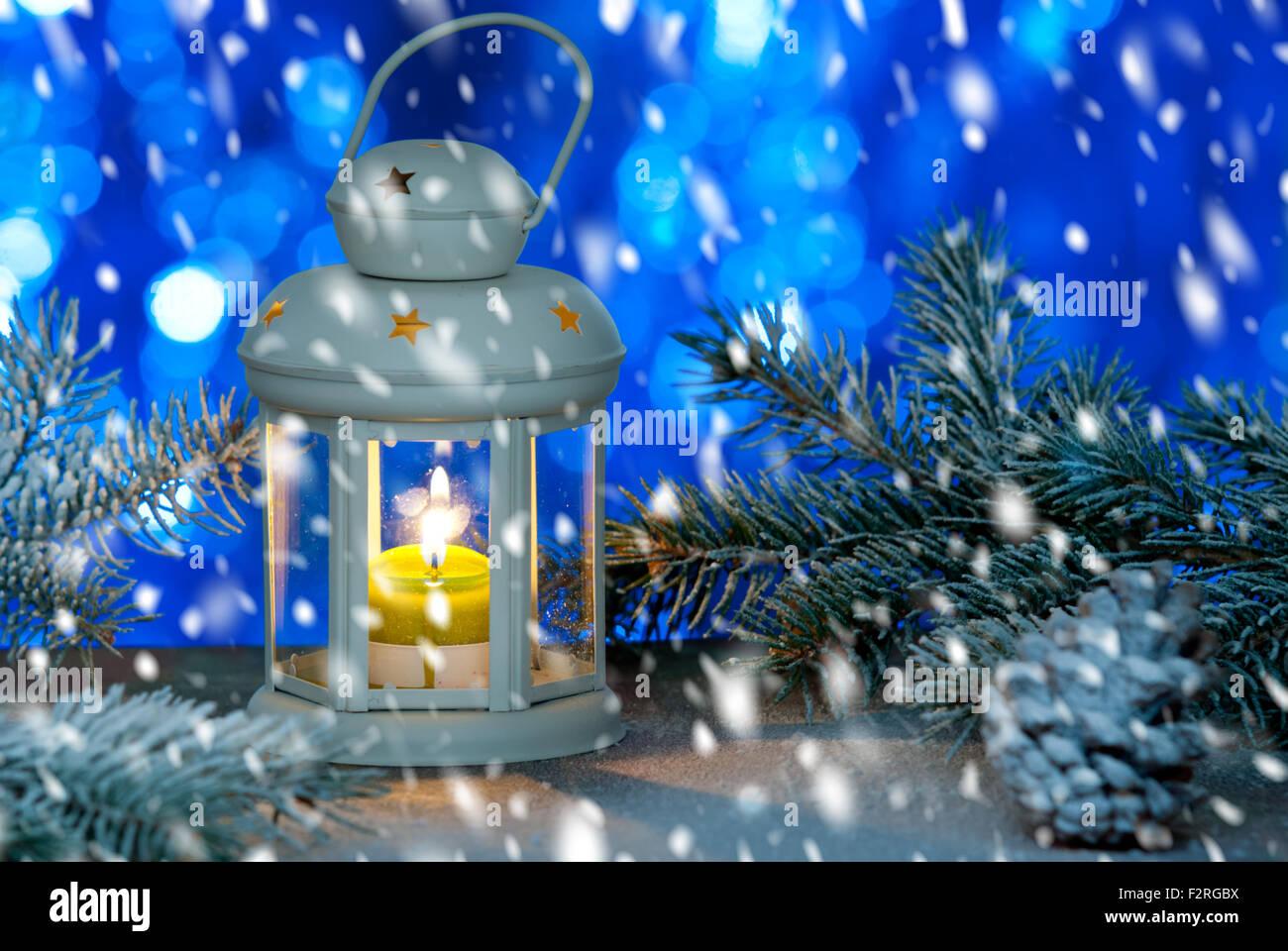 Stillleben mit Laterne Weihnachten mit Schnee Stockbild