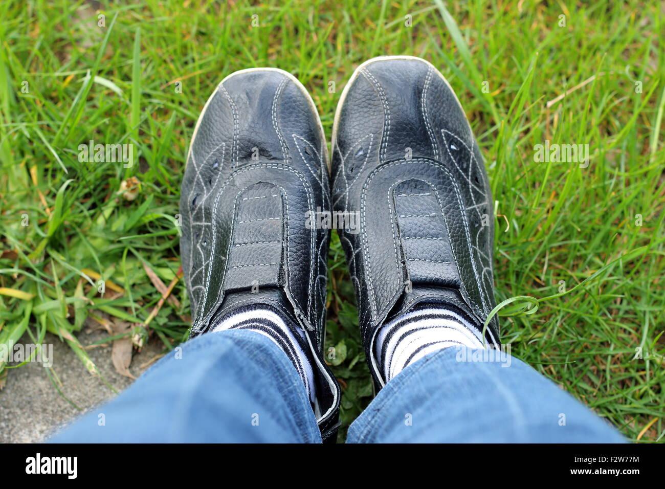 Schwarze Sportschuhe auf einem Rasen Turnschuhe Stockfoto