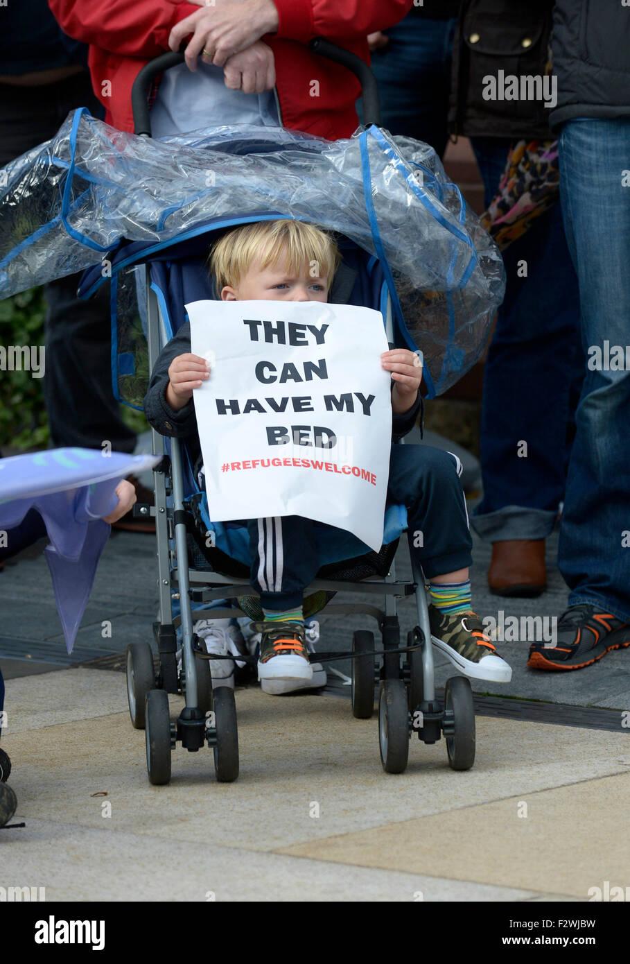 Kleiner Junge im Kinderwagen mit Poster bei einer Kundgebung in Londonderry, Nordirland, zur Unterstützung Stockbild