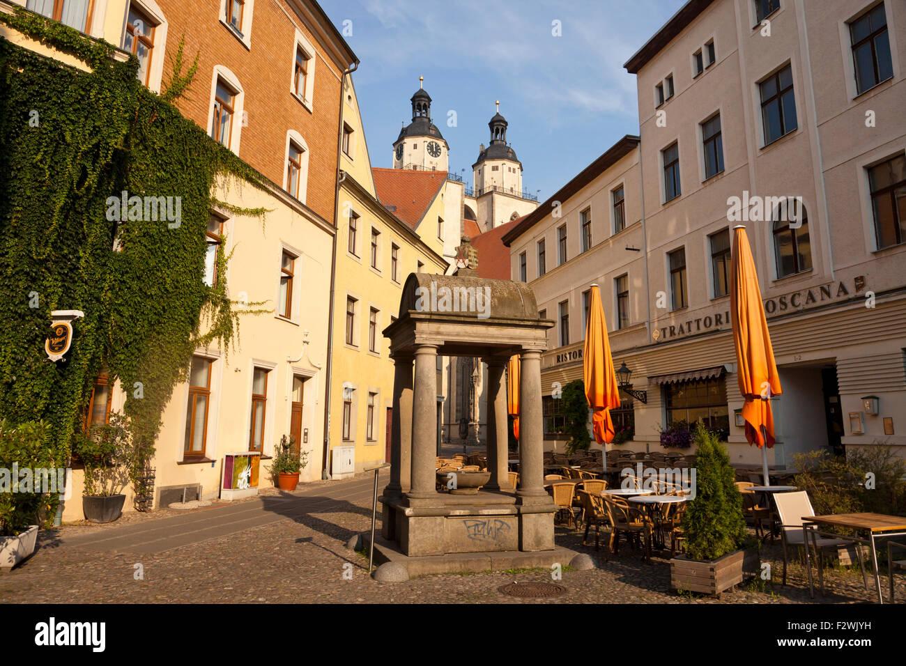 """Historische Wasser gut am Holzmarkt """"Holz"""" Marktplatz und Kirche Stadtkirche St. Marien, Lutherstadt Wittenberg, Stockbild"""