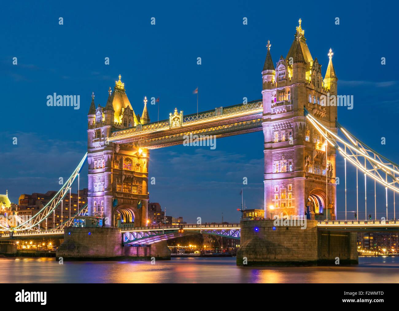 Beleuchtete Tower Bridge beleuchtet bei Nacht und River Thames Stadt London England GB UK EU Europas Stockbild
