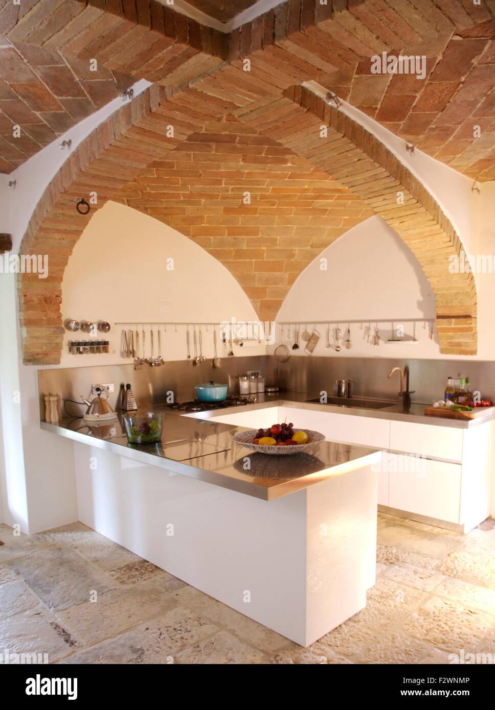 Gewölbte Ziegel Decke in modernen italienischen Küche mit Granit ...