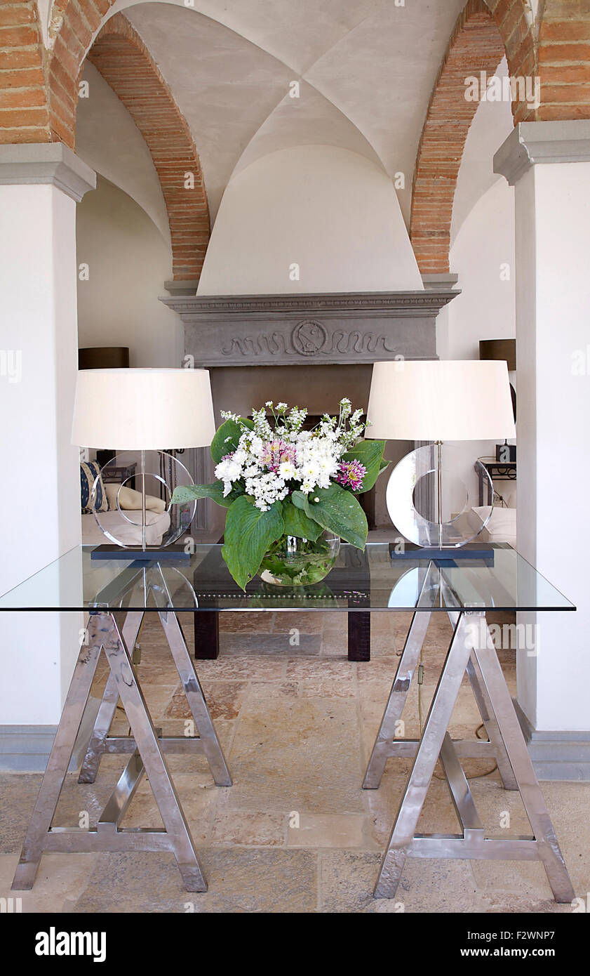 Moderne weiße Lampen auf Glas und Stahl Tapeziertisch in ...
