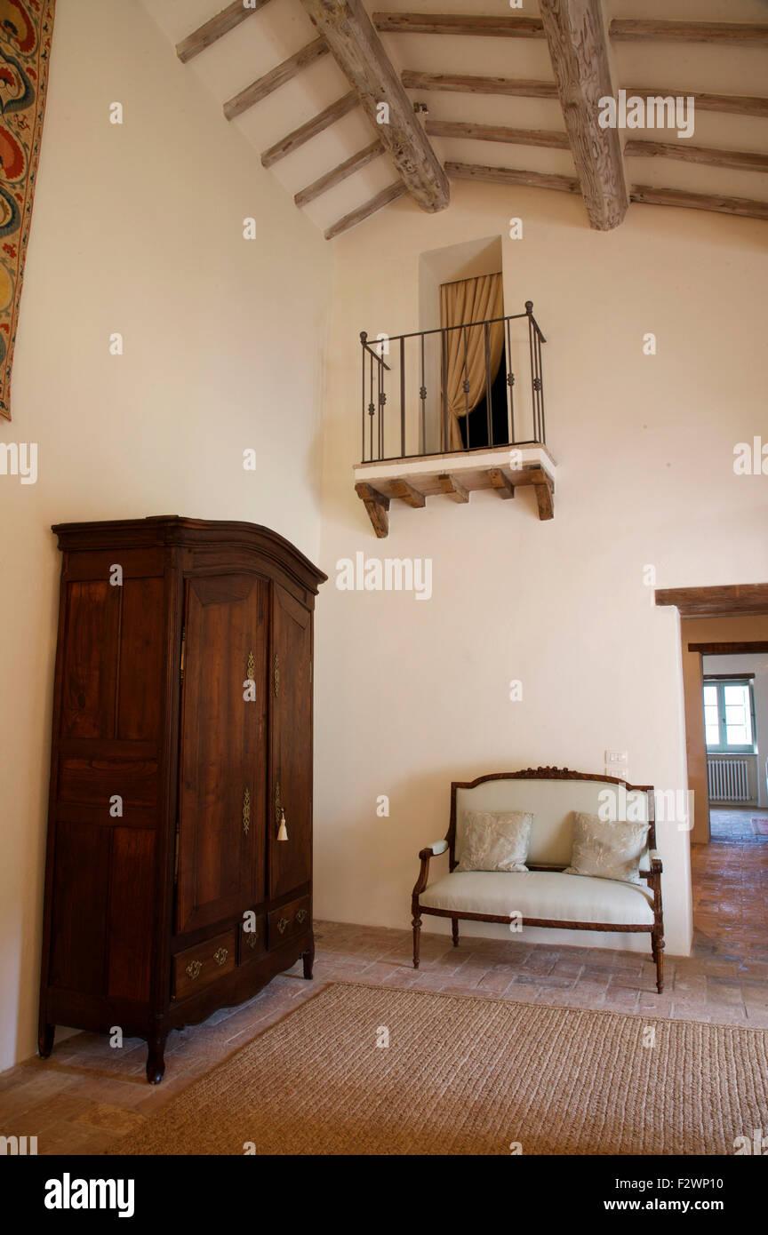 Große Antike Schrank Und Französisch Holz Gerahmte Sofa Auf