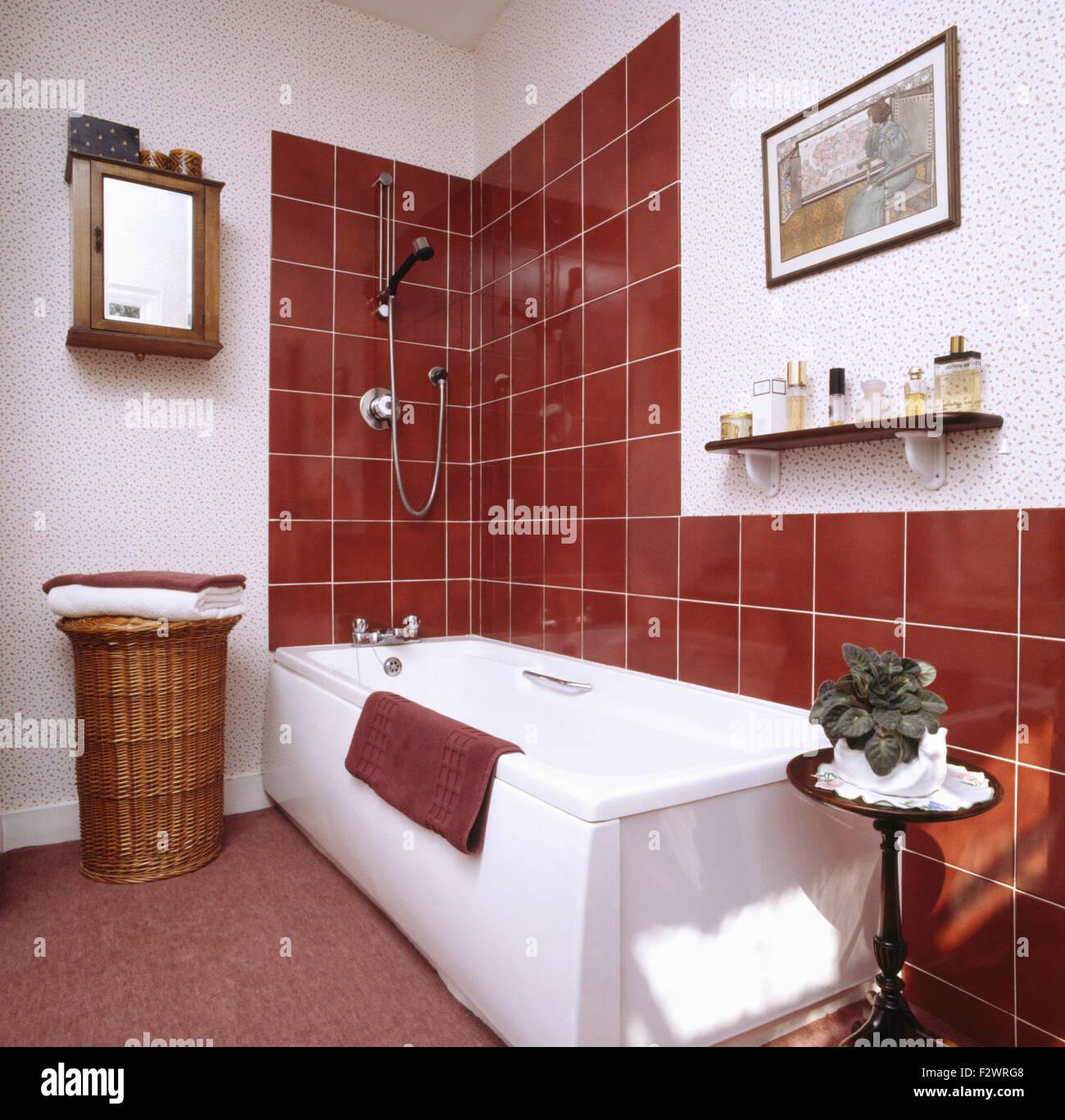 Braune Fliesen über Bad Im 80er Jahre Bad Vor Der Renovierung