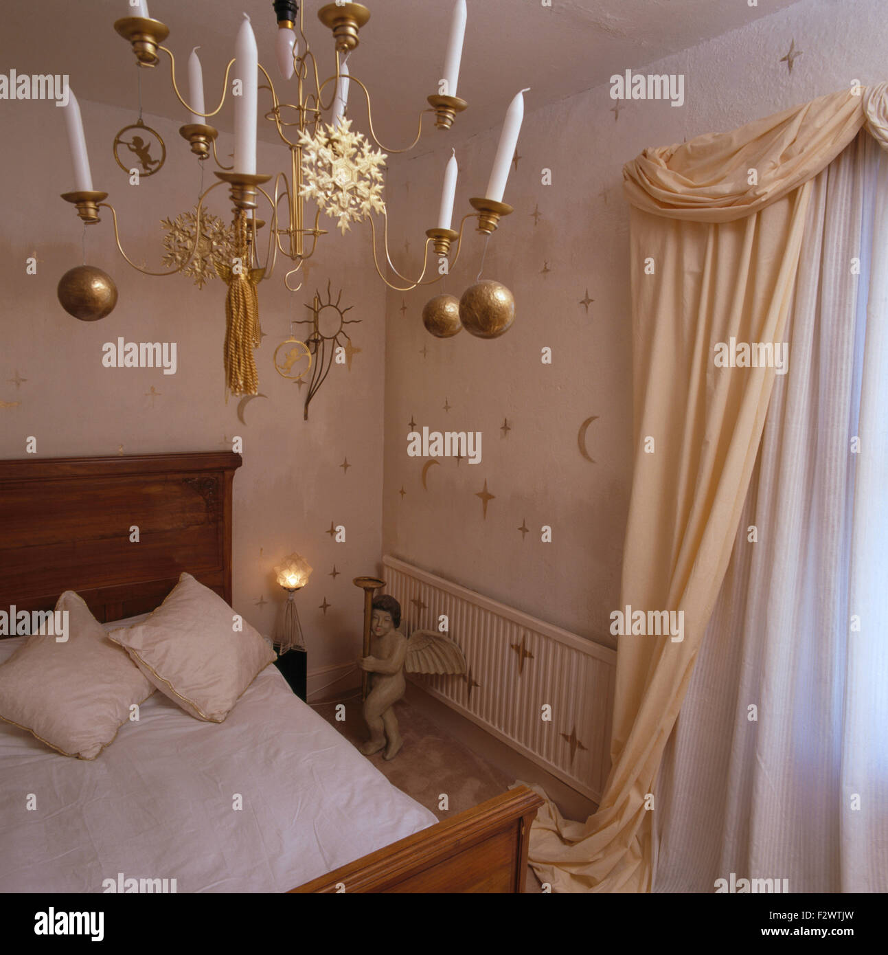 chandelier chandeliers stockfotos chandelier chandeliers bilder seite 3 alamy. Black Bedroom Furniture Sets. Home Design Ideas