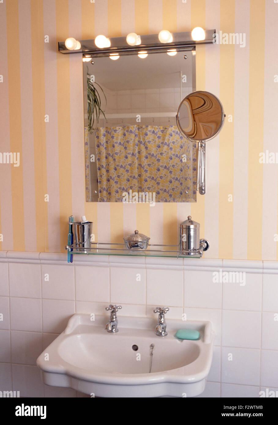 Hollywood Style Beleuchtung Am Spiegel über Dem Waschbecken In Der  Neunziger Jahre Bad Mit Gelb Gestreifte Tapete