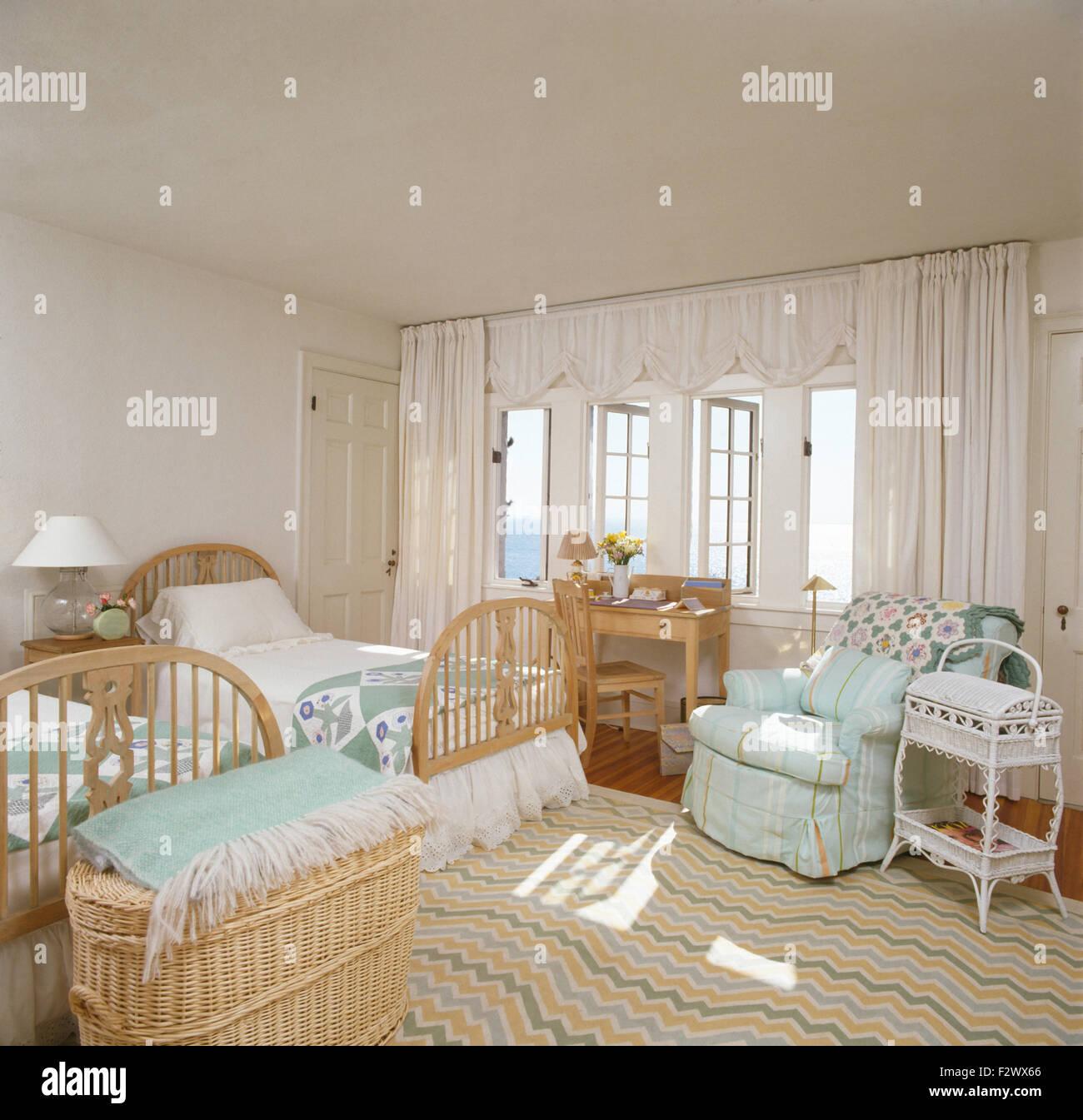 Blasses Türkis Sessel In Küstennahen Schlafzimmer Mit Windsor Stil Zwei  Einzelbetten Und Einem Blassen Gemusterten Teppich
