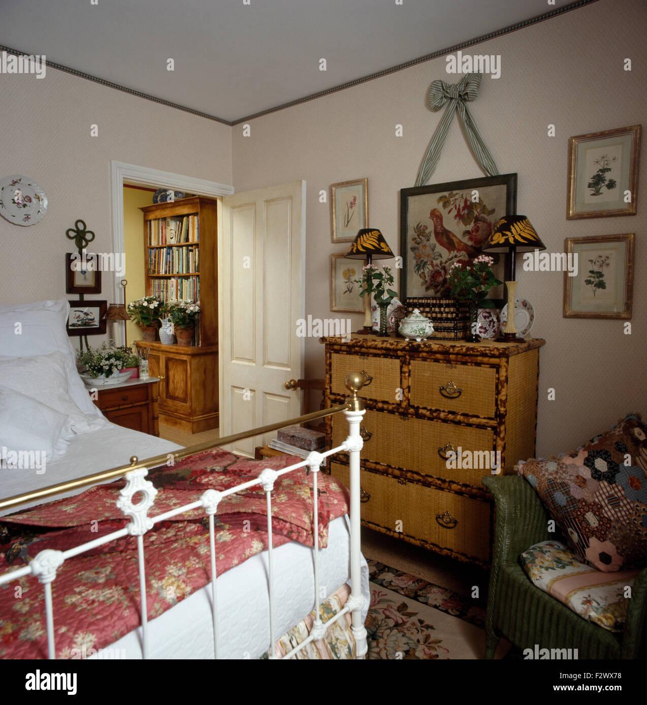 Bambus, Kommode und weiß lackiert Antik Messing-Bett in der ...