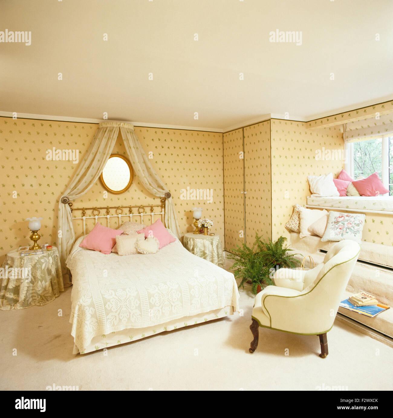 Coronet mit Sahne drapiert über Messingbett mit Spitze Bettdecke in ...