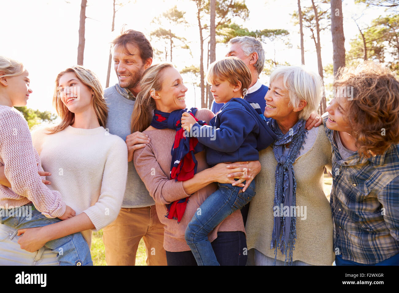 Glückliche mehr-Generationen-Familie auf dem Lande Stockbild