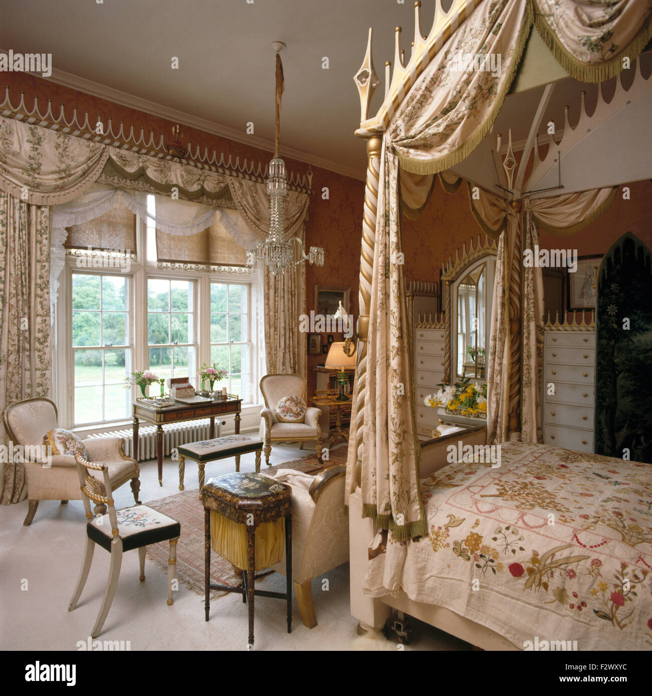 swagged vorhnge am fenster in opulenten schlafzimmer mit seide vorhnge auf einem gotischen stil himmelbett - Gotische Himmelbettvorhnge
