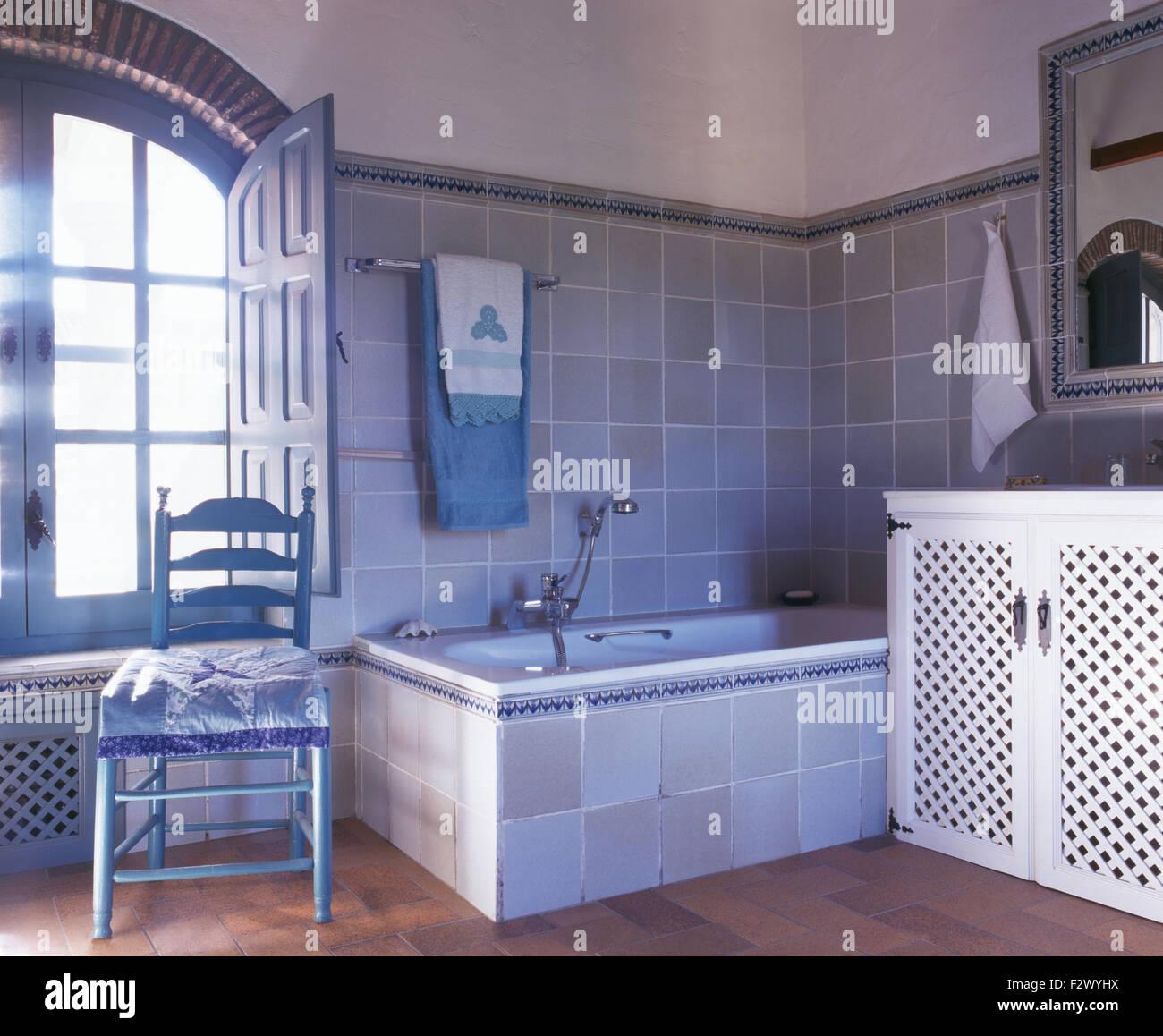 Bemalte Leiter Stuhl Zurück In Blau Grau Gefliest Spanischen Bad