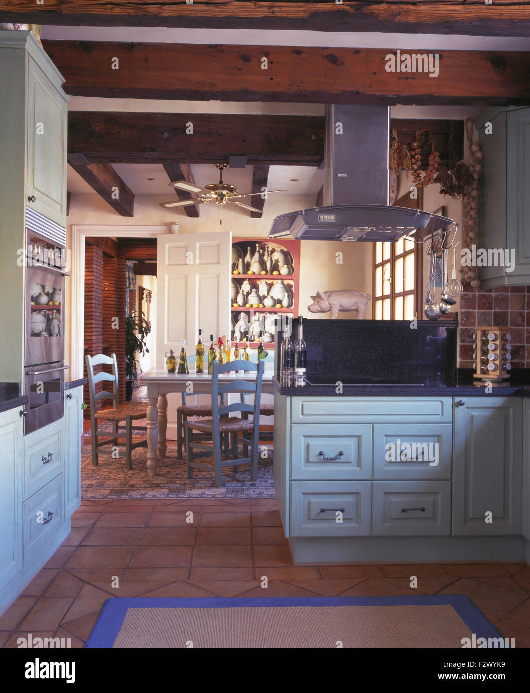 Chrom-Extrakt in spanischen Land Küche Esszimmer mit rustikalen ...