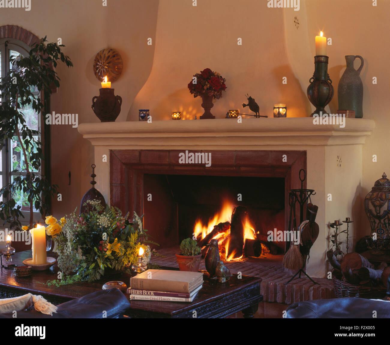Brennende Feuer Im Großen Kamin Im Gemütlichen Spanischen Wohnzimmer Mit  Brennenden Kerzen