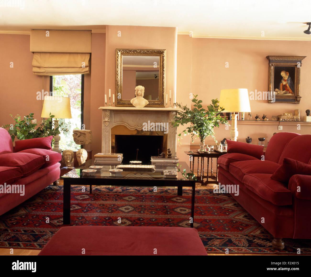 Tief Rosa Sofas Und Glas Gekrönt Kaffee Im Spanischen Wohnzimmer Mit Eine  Orientalische Wolldecke Eingereicht