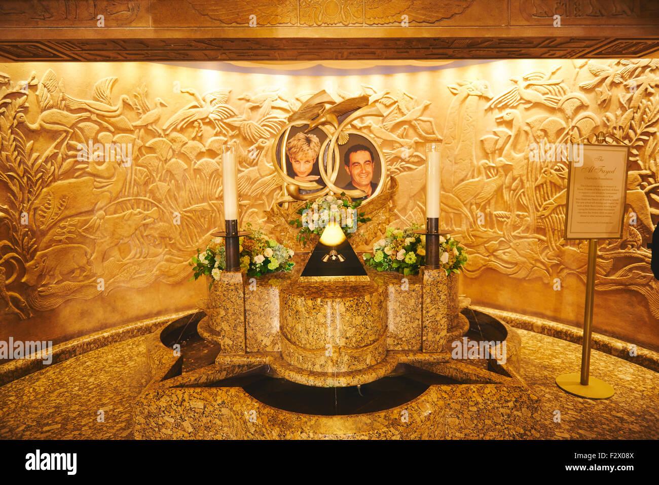 Brunnen mit Bildern von Lady Di und Dodi Al Fayed in das Kaufhaus HARRODS in Knightsbridge, London, Vereinigtes Stockbild