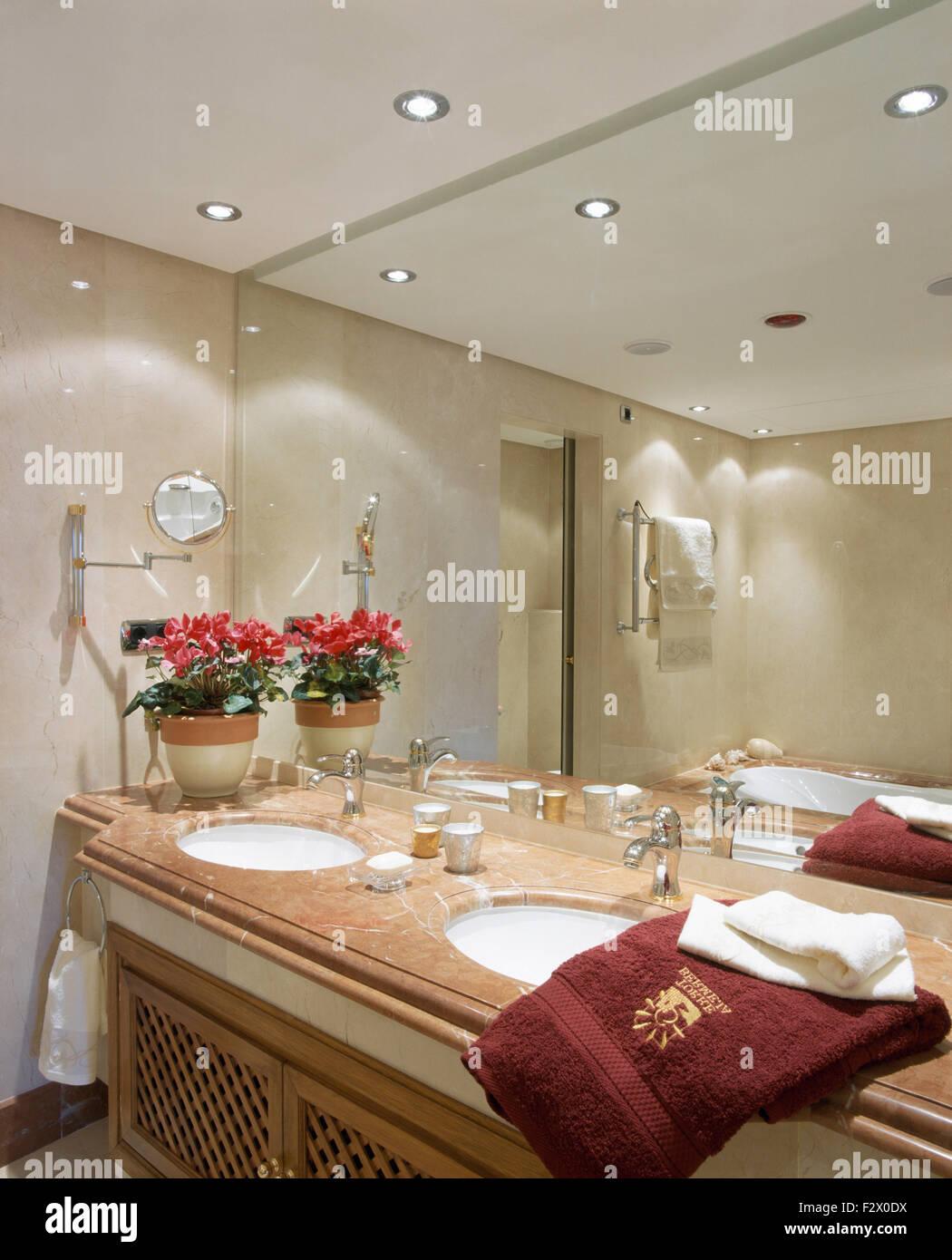 Spiegelwand Oberhalb Waschtischunterbau Mit Under Set Waschbecken Im  Modernen Spanischen Badezimmer