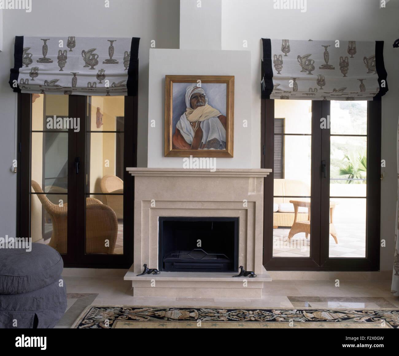 Gemälde über Dem Kamin Im Modernen Spanischen Wohnzimmer Mit Gemusterten  Grauen Jalousien An Französische Fenster