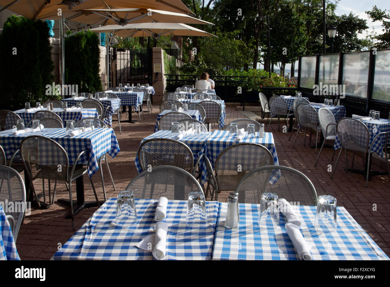 Außengastronomie auf der südlichen Terrasse am Fluss Kaufmannshaus, ein Restaurant im Battery Park City, Stockbild