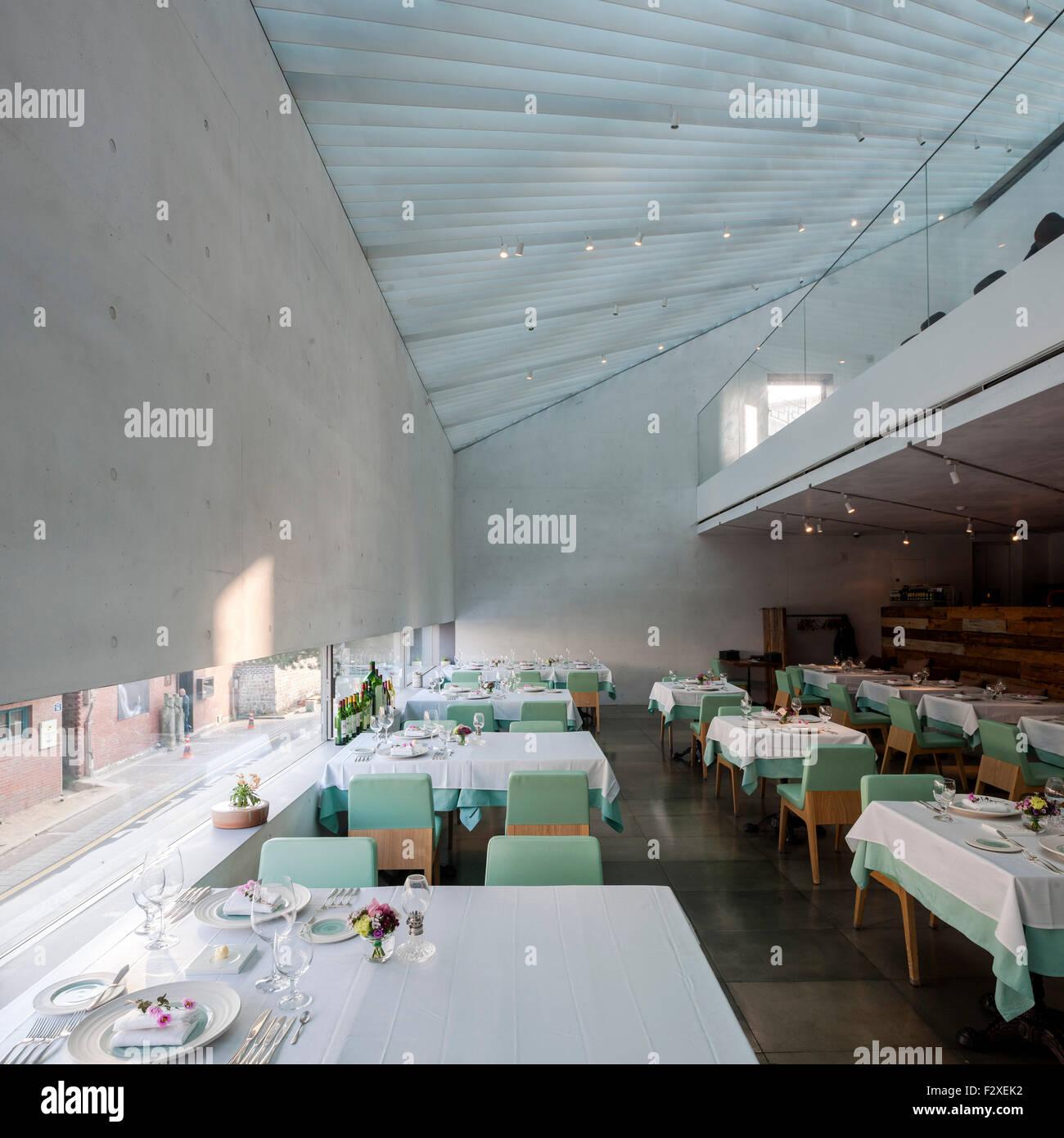 Interieur mit perforierter Oberlicht. Songwon Kunstzentrum / Bien ...
