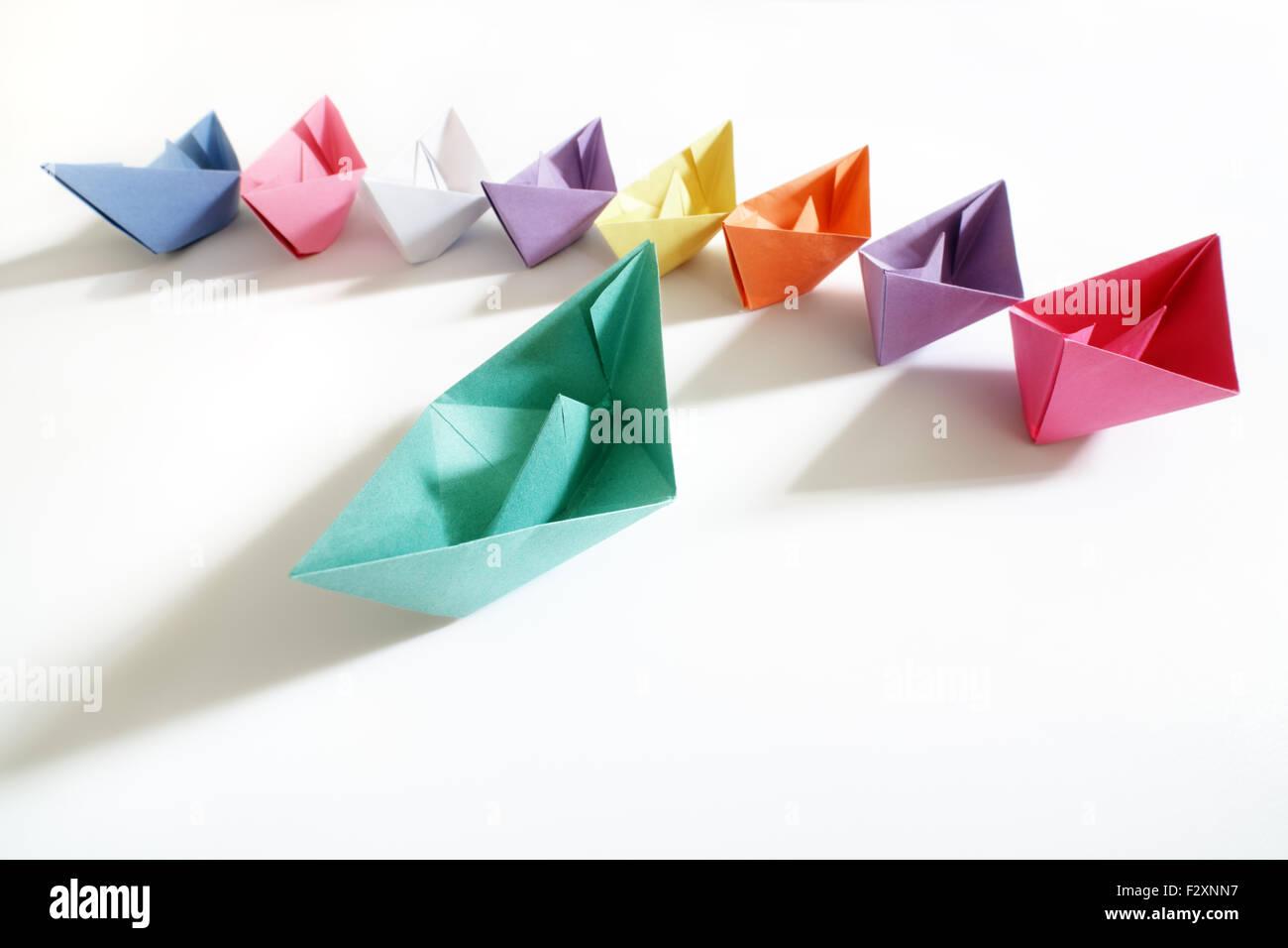 Papierschiffchen von mehrfarbigen nach einem Führer-Boot-Konzept für Führung, Teamarbeit und ausgezeichneten Stockbild