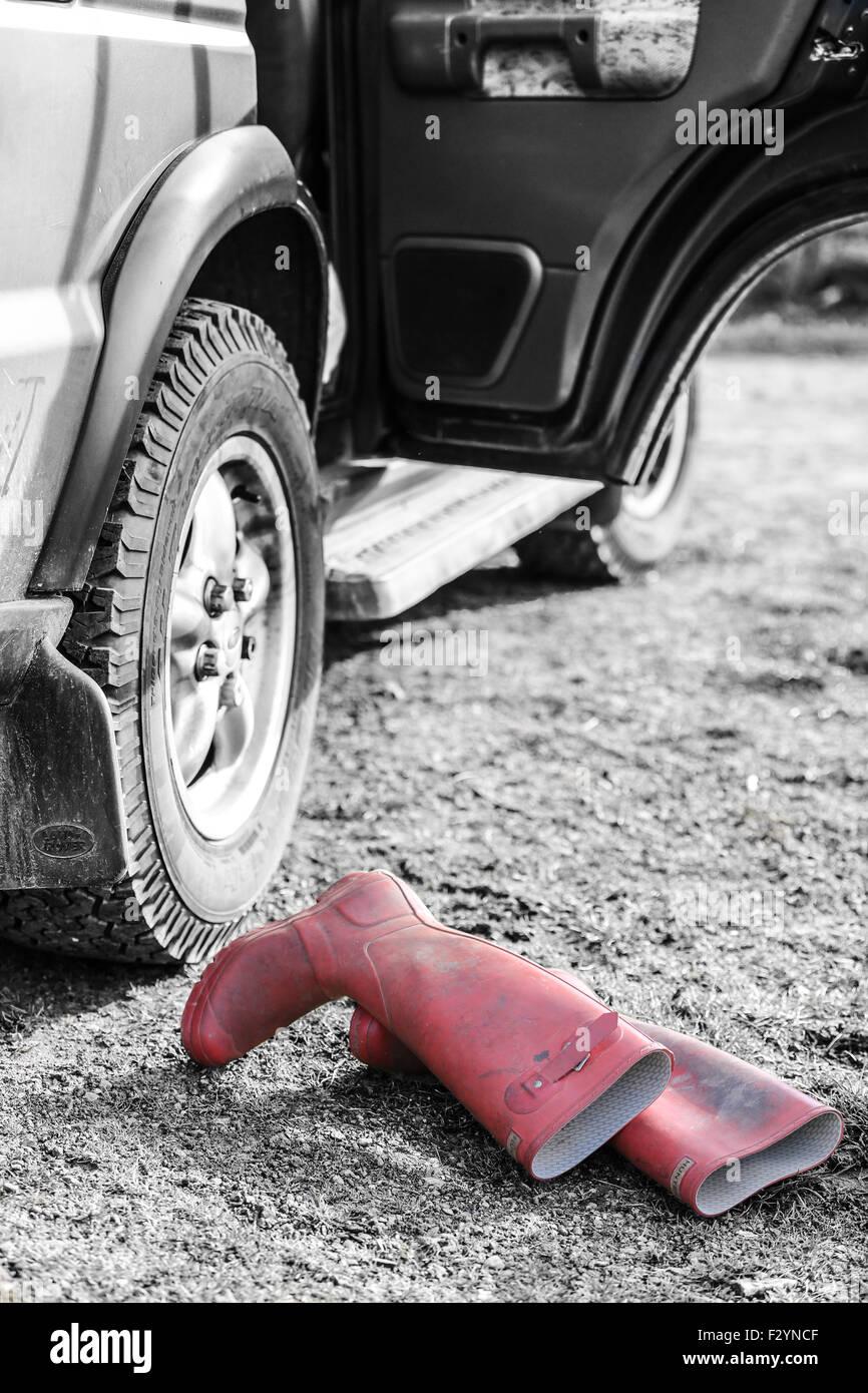 Hunter Wellingtons aufgegeben an der Seite von einem Landrover Discovery bei einem schnellen Schuhe Stockbild
