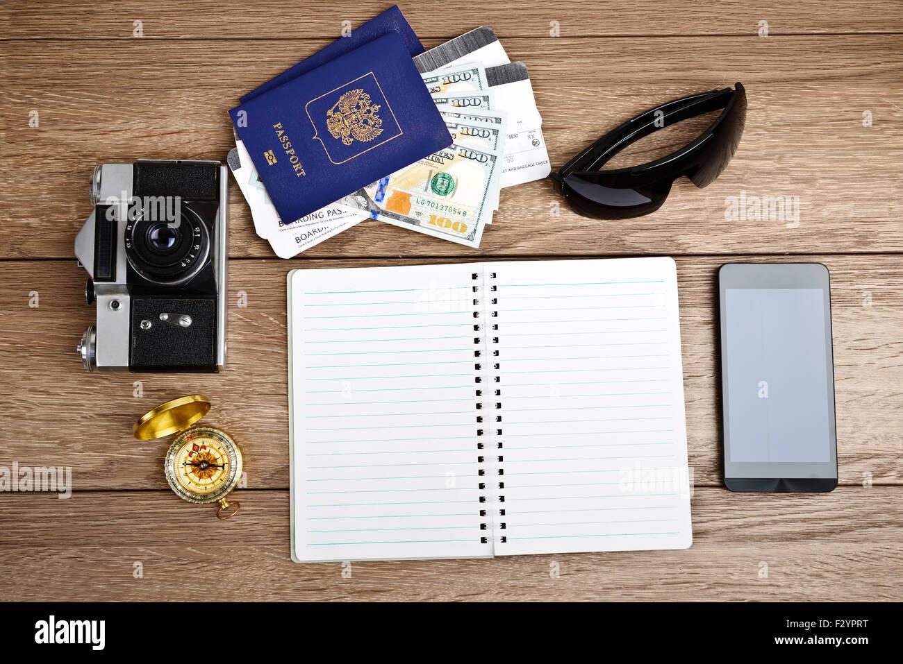 Business-Reisen und Tourismus-Konzept: Flugtickets oder Boarding pass, Pässe, Smartphone, Kompass, Vintage Stockbild