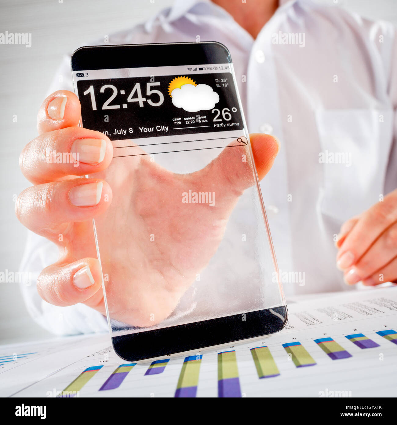Futuristische Smartphone (Phablet) mit einem transparenten Display in Menschenhand. Tatsächliche zukünftige Stockbild