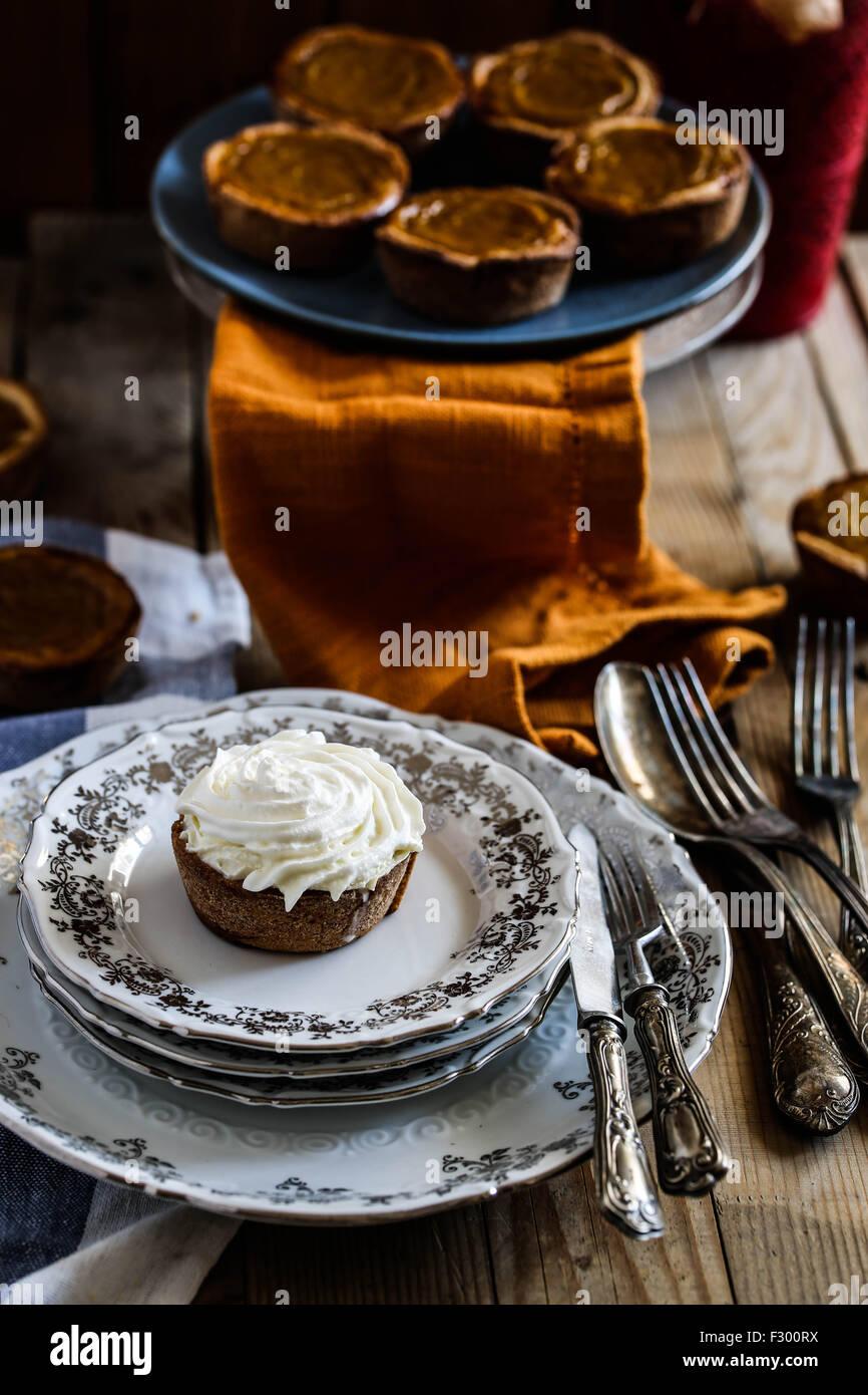 Mini-Kürbis-Kuchen auf den Tisch eine festliche Thanksgiving. Stockbild