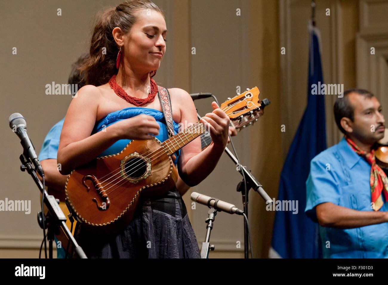 Mexikanische Frau spielt Vihuela (Timple Canario) auf der Bühne - USA Stockbild