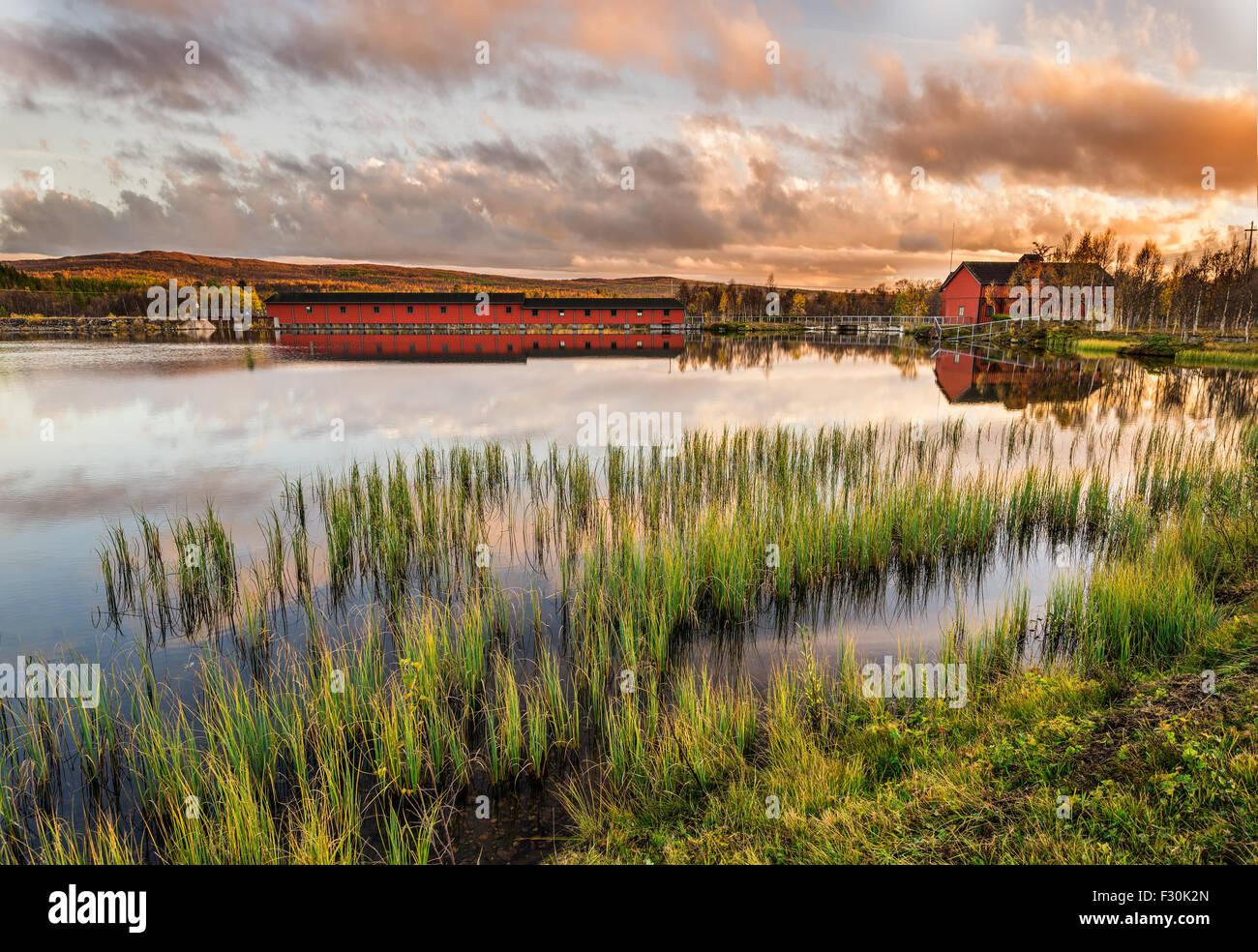 Kultige Holzbrücke am Narsjoen See in Hedmark Grafschaft, Norwegen bei Sonnenuntergang Stockbild