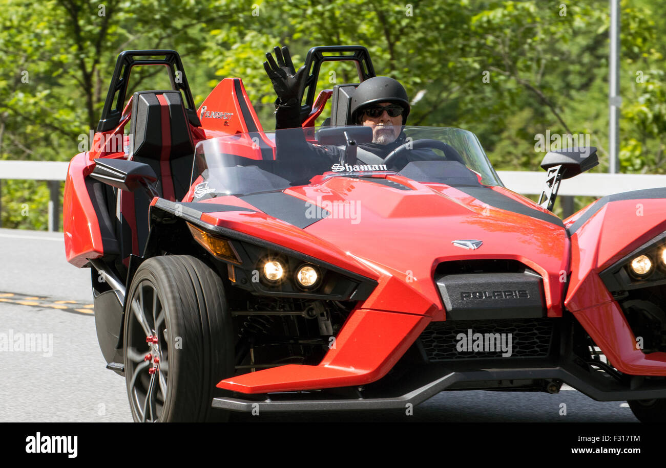 ltere mann ein rotes polaris slingshot fahrzeug auto. Black Bedroom Furniture Sets. Home Design Ideas