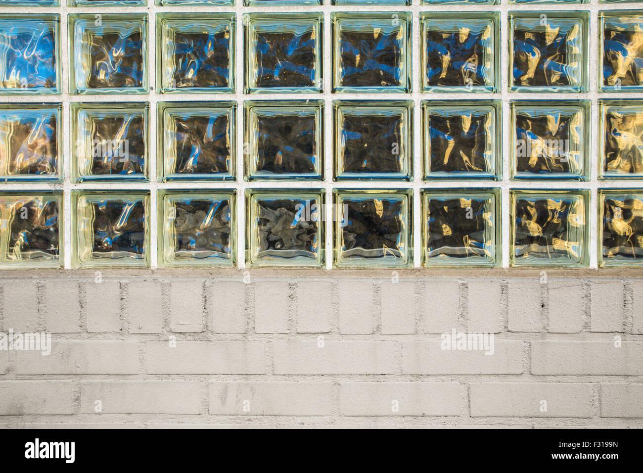 Außenwand mit Privatsphäre Glasbausteine und Ziegel Stockbild
