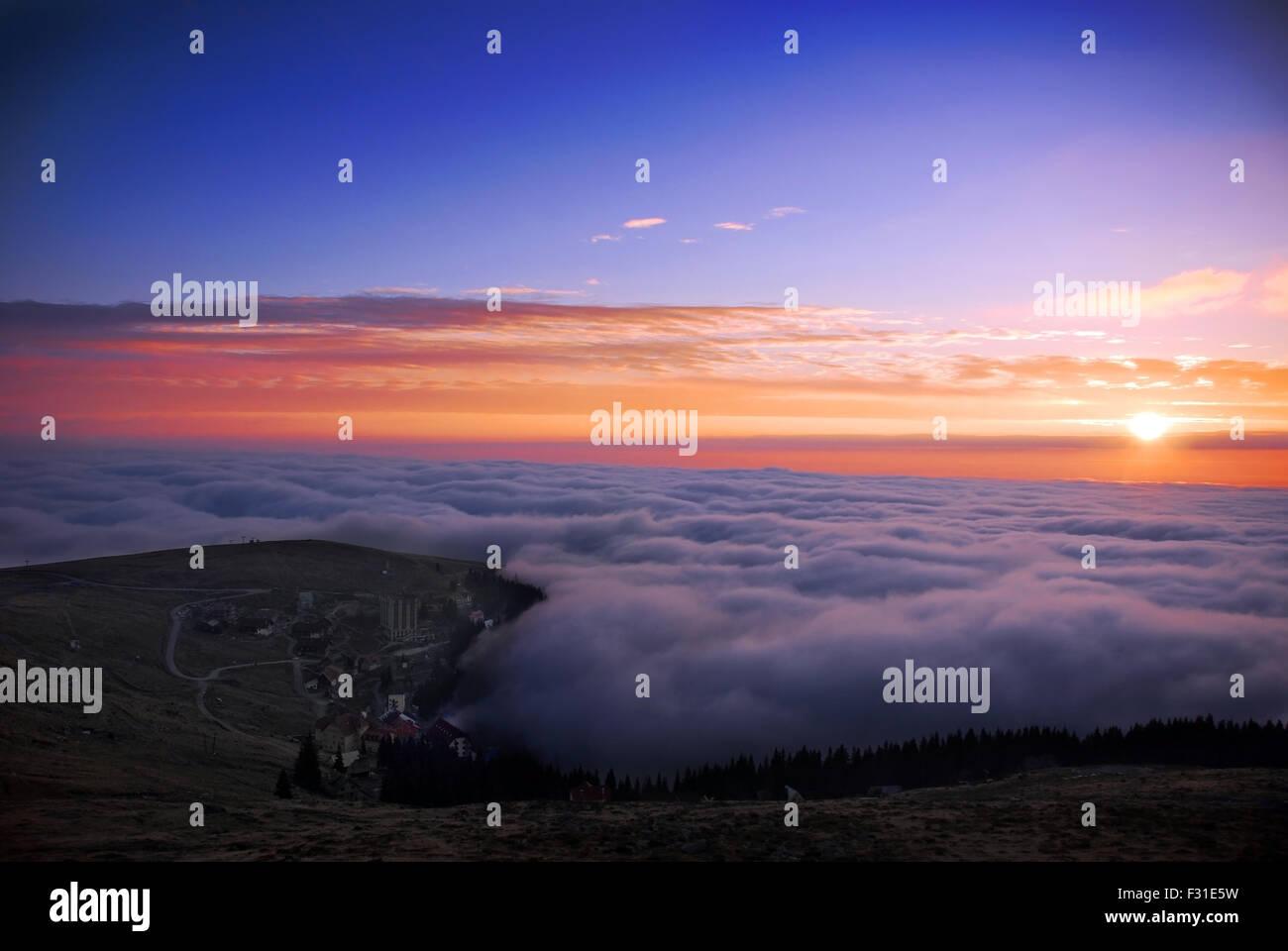 Mountain Top Sonnenuntergang über Wolken Stockbild