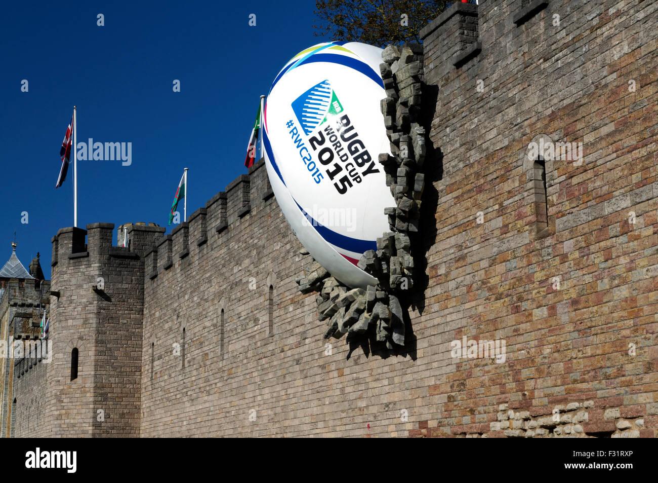 Riesige Rugby-Ball prallte gegen die Wand des Cardiff Castle anlässlich die Eröffnung der 2015 Rugby World Stockbild