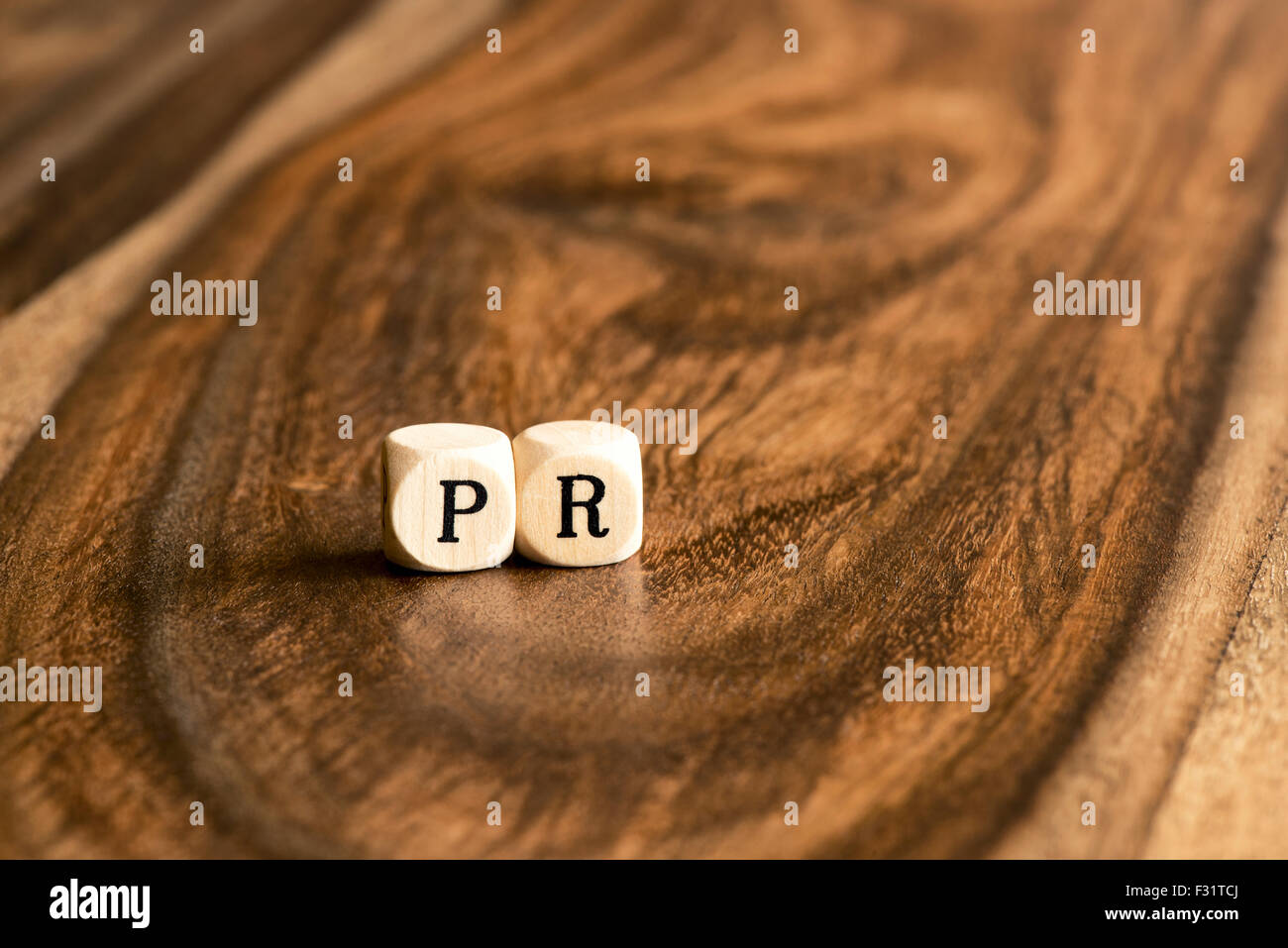 PR-Word-Hintergrund auf Holzblöcke Stockbild