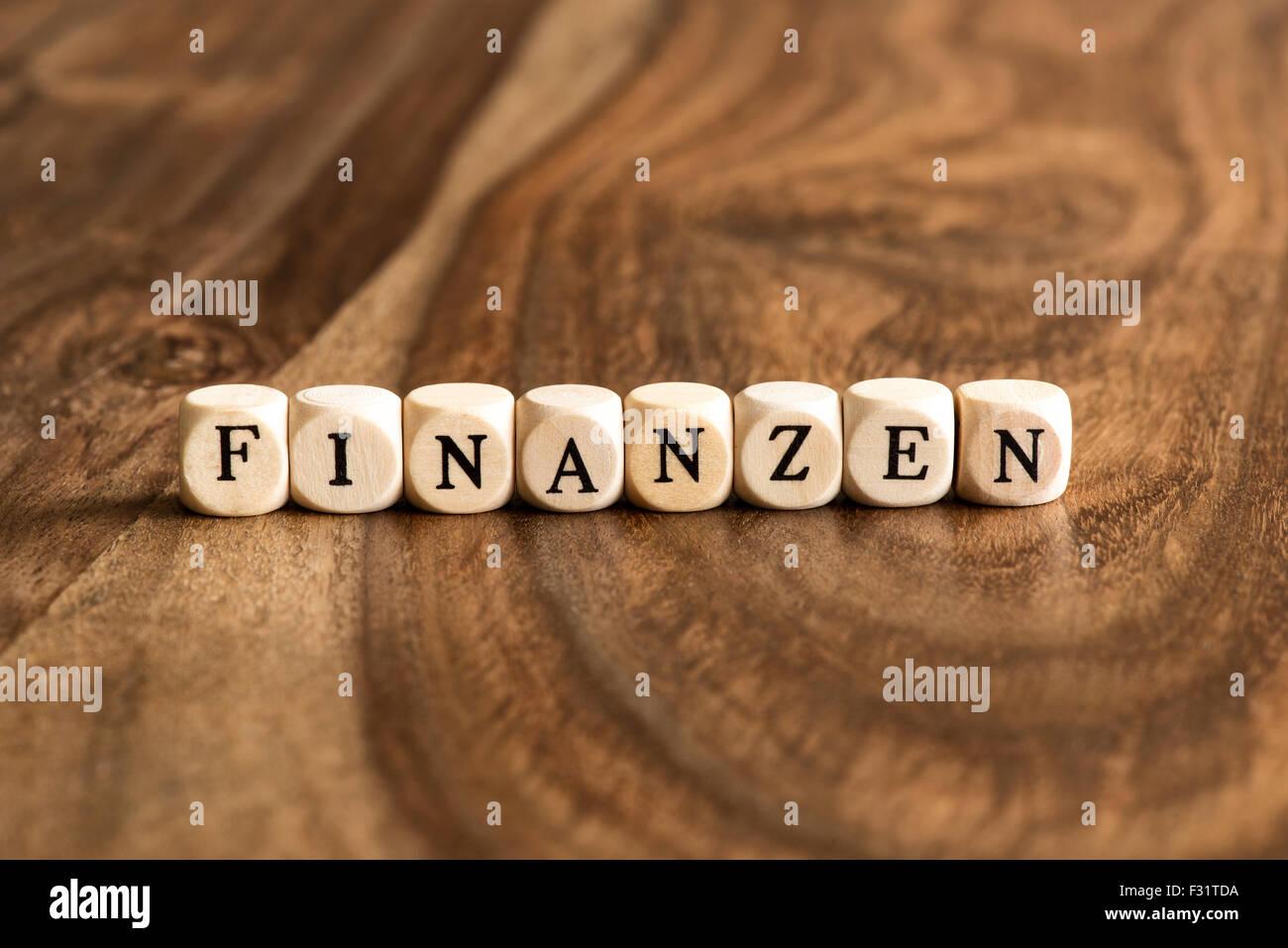 FINANZEN-Word-Hintergrund auf Holzblöcke Stockbild